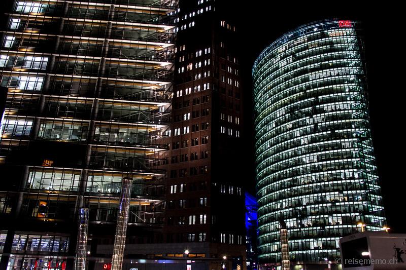 Renzo Piano 11, Kollhoff Tower und Deutsche Bahn nachts am Potsdamer Platz