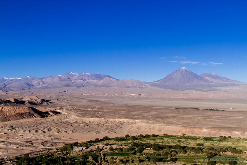 Oasenstadt San Pedro de Atacama mit dem Vulkan Licancabur