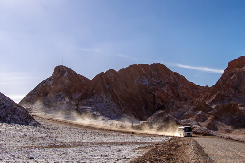 Touristenbus im Mondtal der Atacama