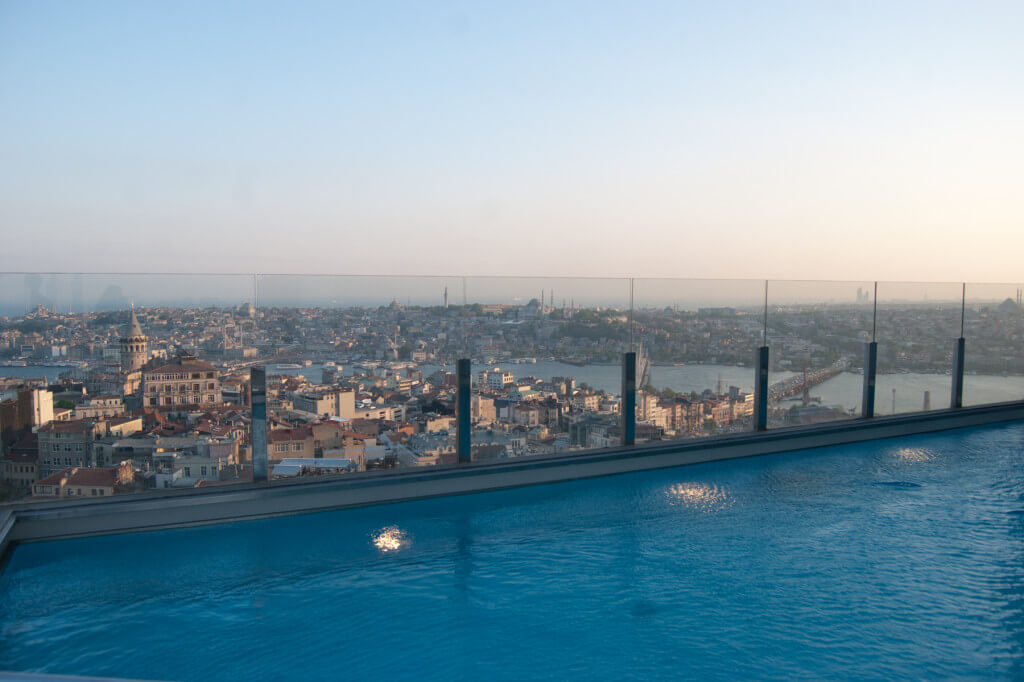 Einzigartig: Der Pool mit der 360°-Aussicht über Istanbul