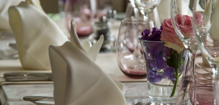 Blumendeko auf dem gedeckten Tisch im Grand Hotel du Lac Vevey
