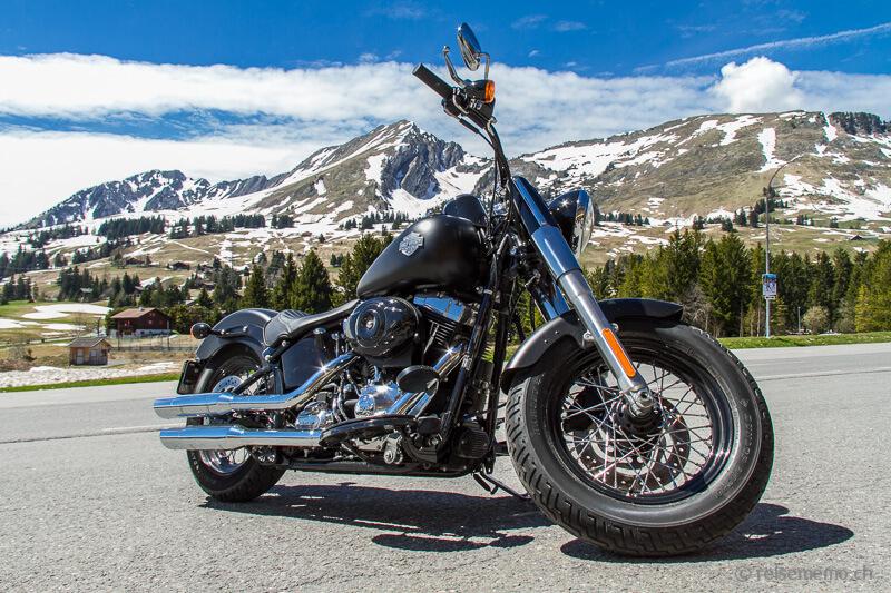 Die Harley-Davidson Softtail Slim auf dem Col des Mosses