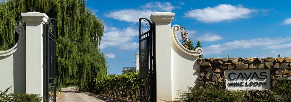 Einfahrt zur Cavas Wine Lodge von Relais & Châteaux
