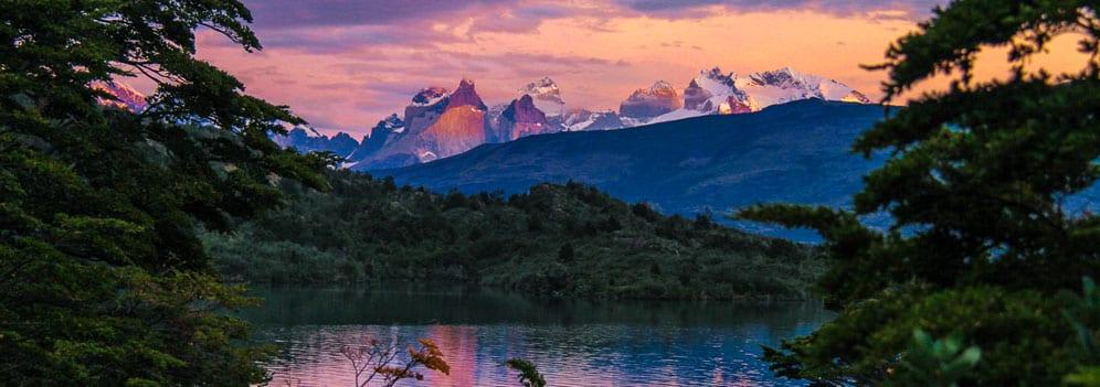 Die Cuernos der Torres del Paine im Abendrot vor dem Lago Toro