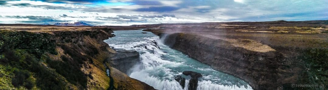 Gullfoss Wasserfall vor verschneiten Vulkanen