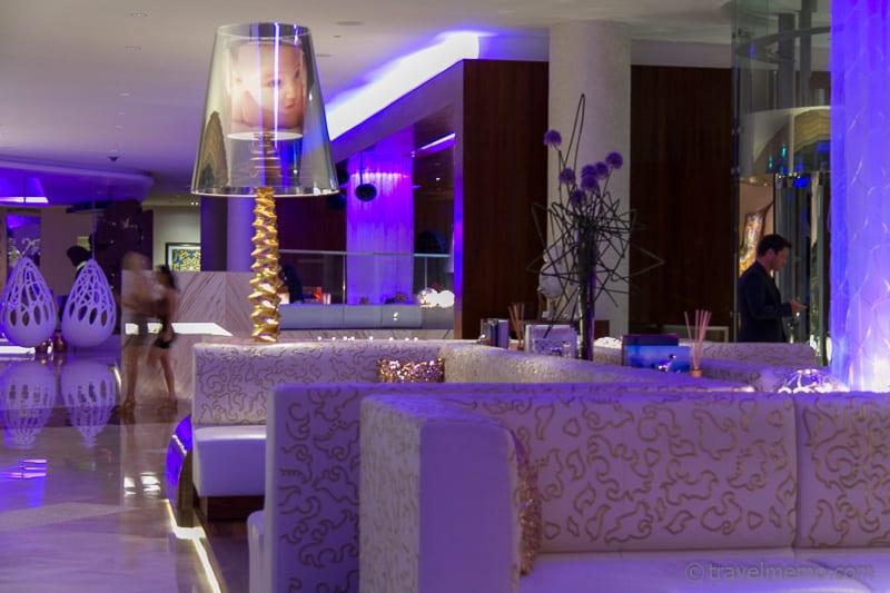 Abendstimmung in der Lobby des W Singapur