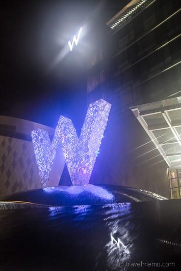 W Singapur Logos beim Haupteingang