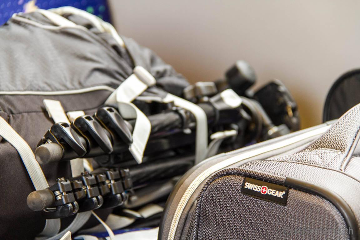 Reiseblogger-Gepäck mit Stativ