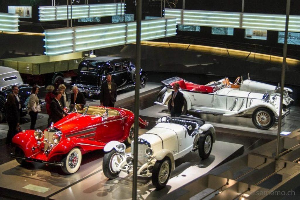 Oldtimer-Exponate in Reih' und Glied im Mercedes-Benz Automuseum