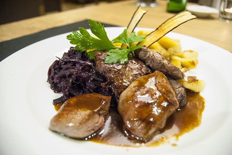 Rehschnitzel mit Pizokel und Rotkraut