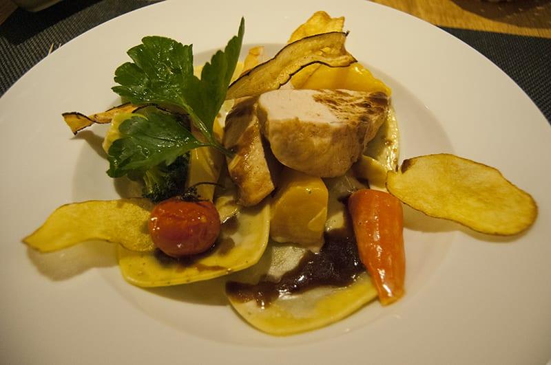 Pouletbrust mit Ravioli, Kartoffelchips und Gemüse