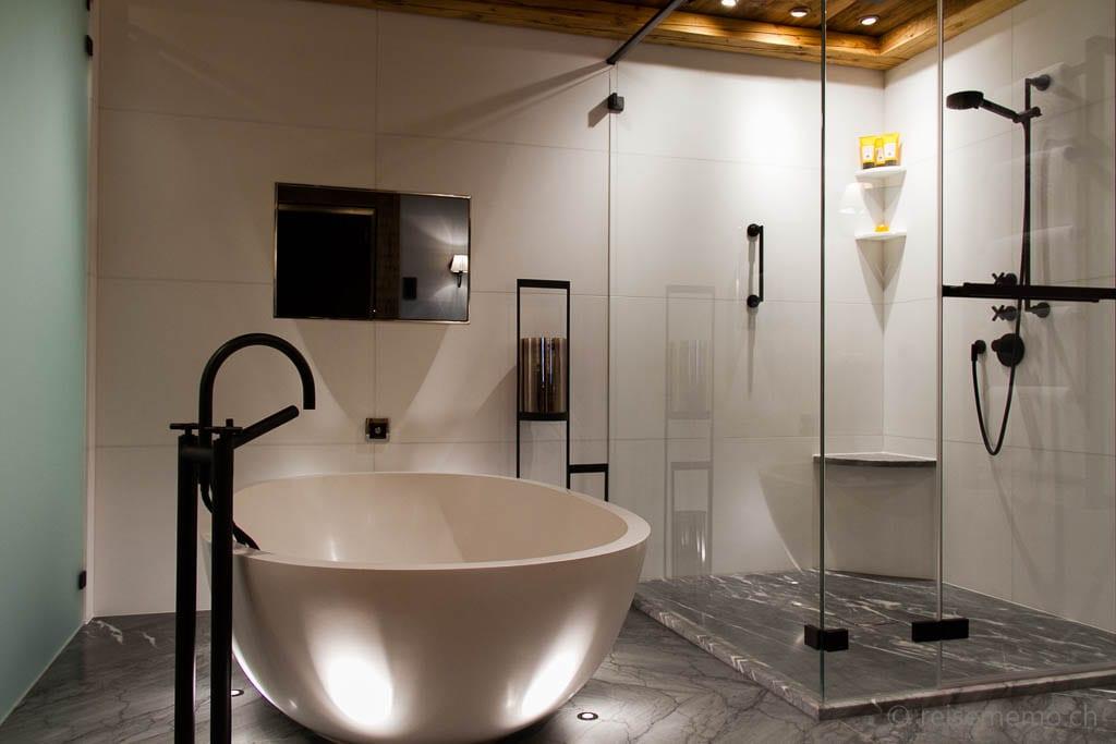 Badezimmer der Alpina Panorama Suite mit freistehender Badewanne