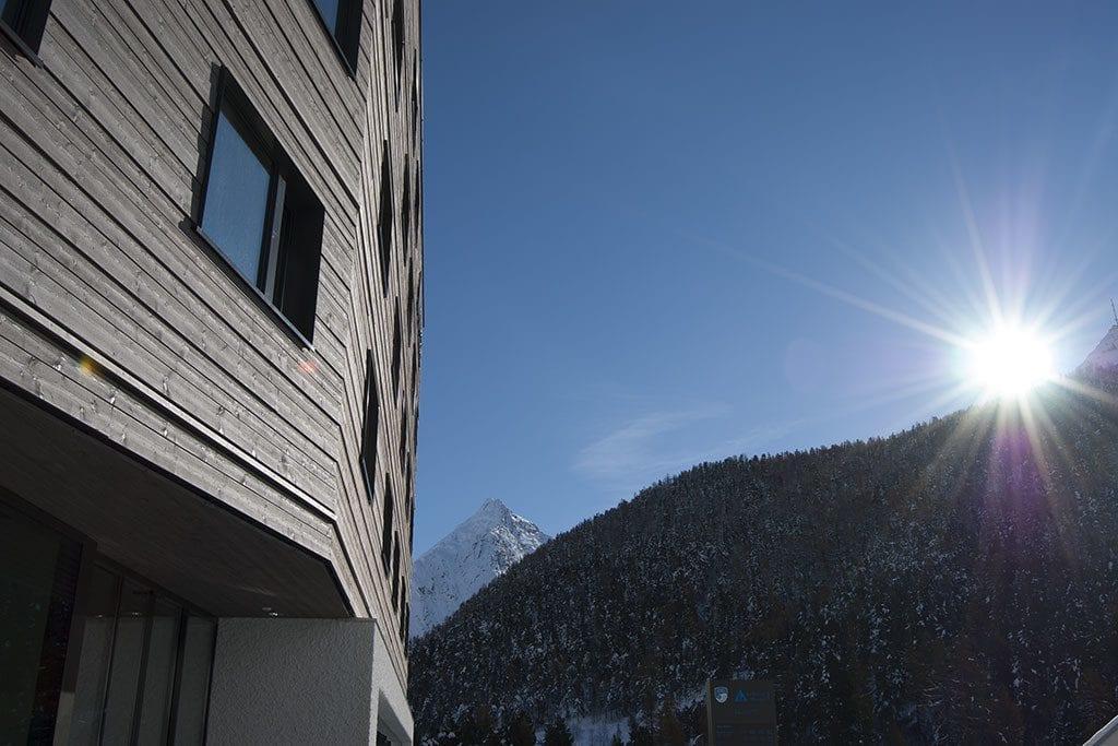 wellnessHostel Saas-Fee mit Berg und Sonne