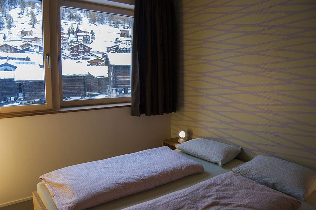Doppelzimmer mit Aussicht auf das verschneite Dorf Saas-Fee