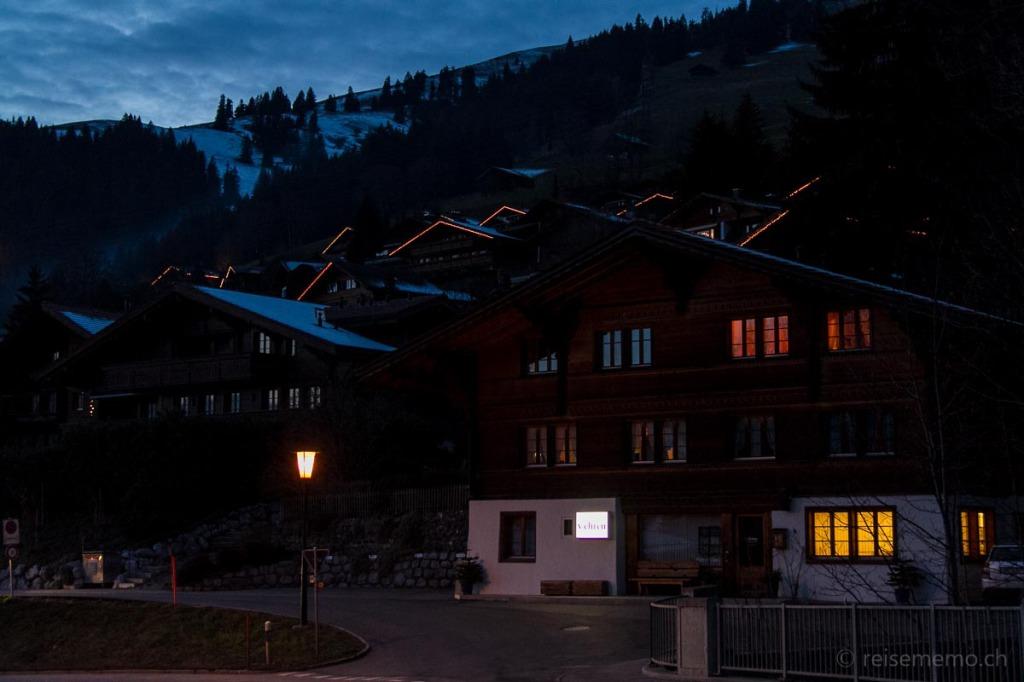 Chalets vis-à-vis der Alpenrose in der Abenddämmerung