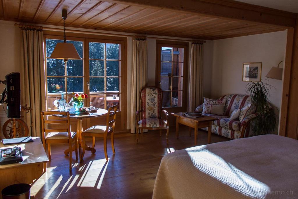 Sonniges Hotelzimmer mit Sicht auf die Gletscher