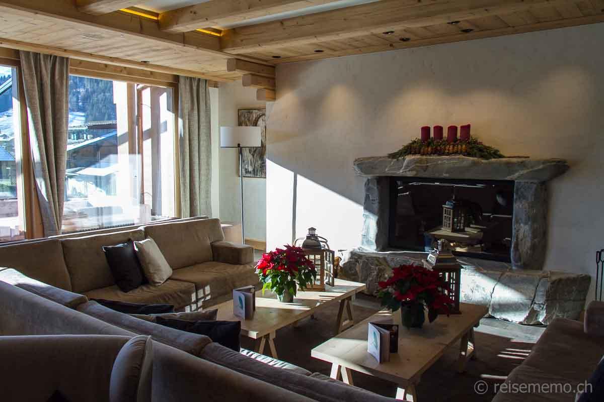 Lounge mit Cheminée in der lichtdurchfluteten Lobby