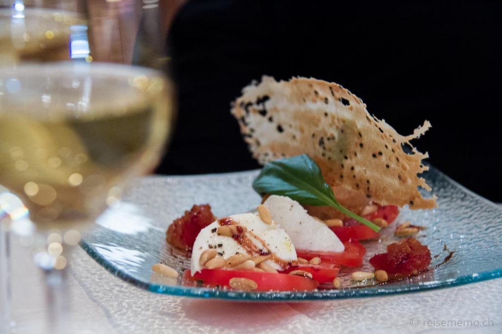 Tomaten-Carpaccio mit Büffel-Mozzarella, Tomaten-Ingwer-Chutney und Bloody-Mary Sorbet
