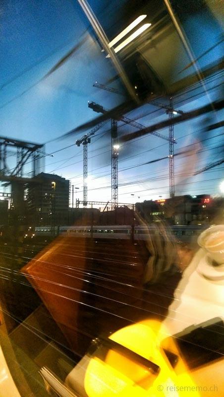 Ausfahrt im Bahnhof Zürich in Richtung Berner Oberland