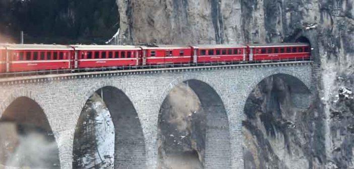 Glacier-Express auf dem Landwasserviadukt