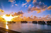 Hinter den Wasservillen von Gili Lankanfushi geht die Sonne auf