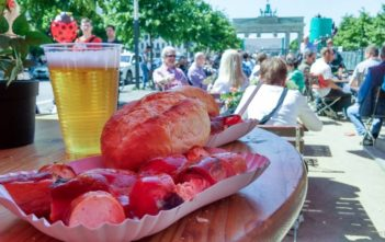 Currywurst und Bier am Brandenburger Tor