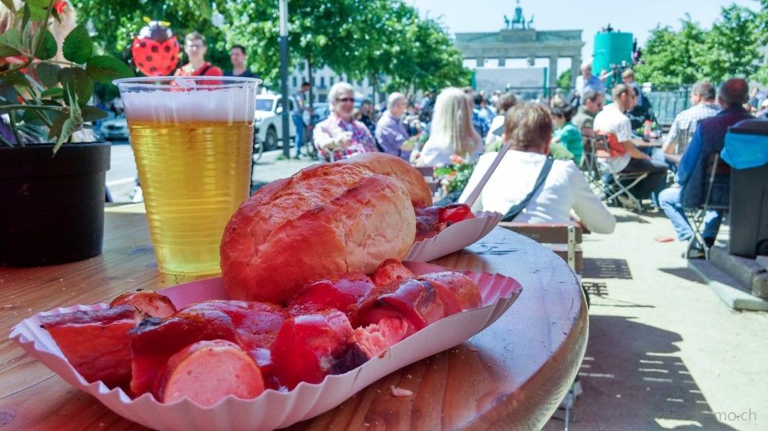 Currywurst und Bier am Brandenburger Tor