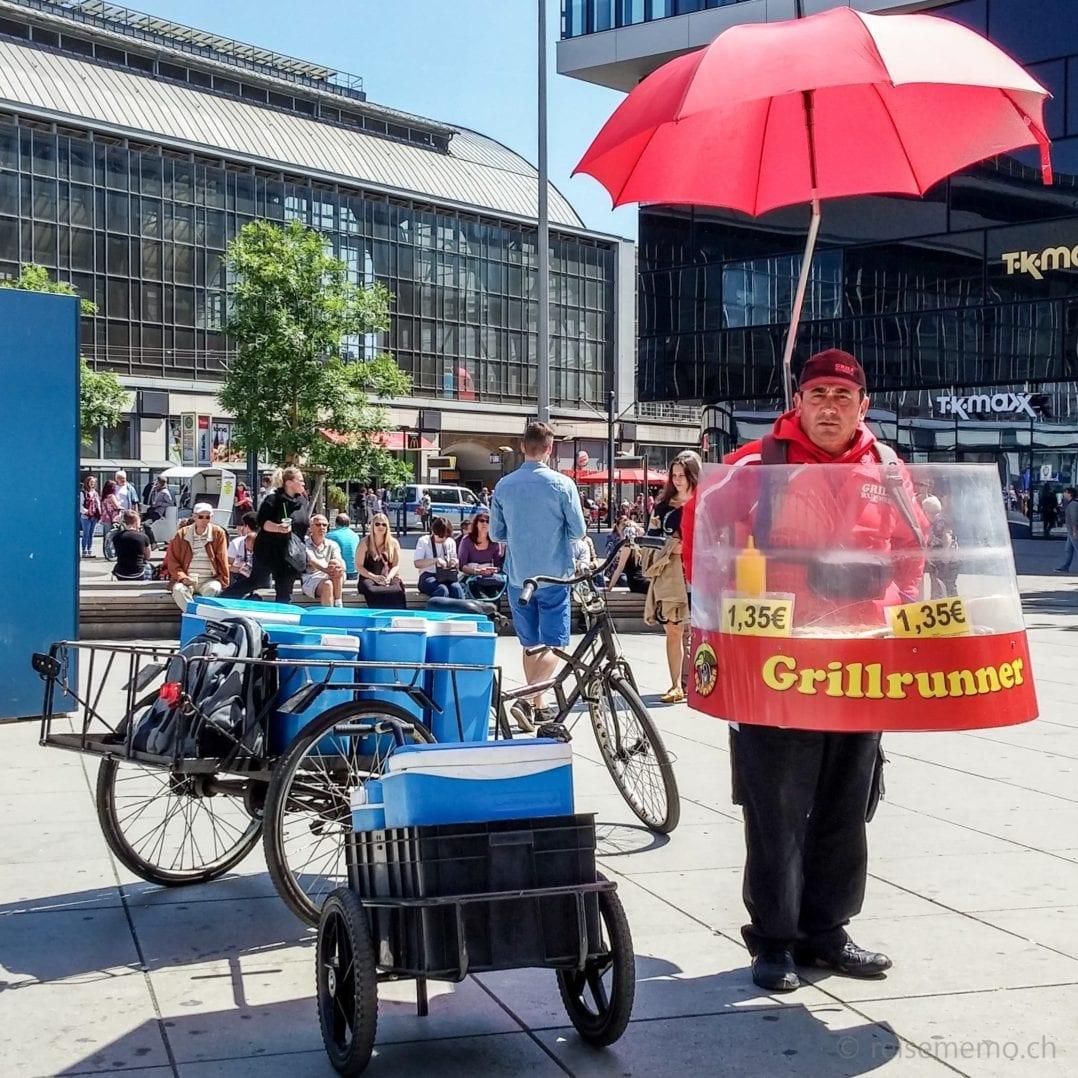 Grillrunner mit Currywurst am Alexanderplatz
