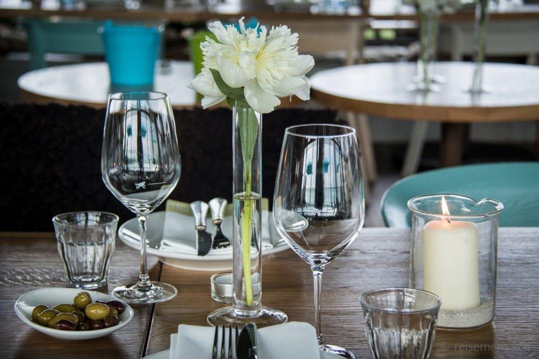 Tischgedeck mit Oliven