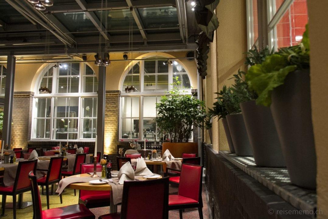 Atrium und Restauranttische Hof zwei