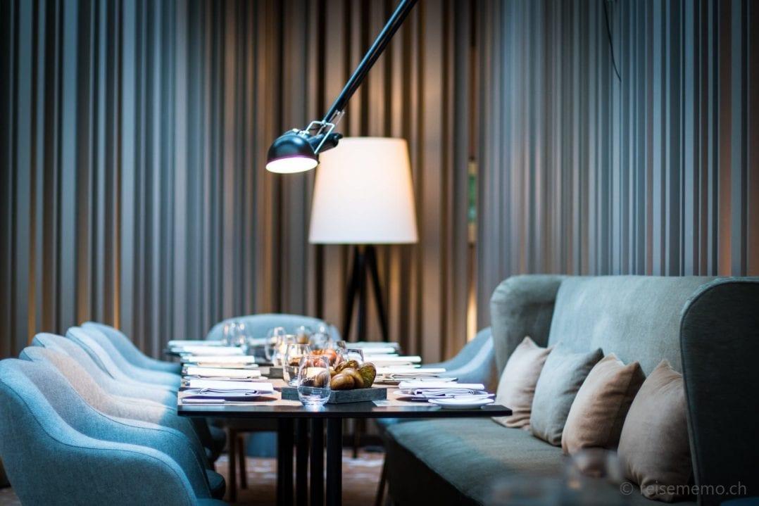 Tisch und Leuchten im Restaurant Casual des Hotels Das Stue