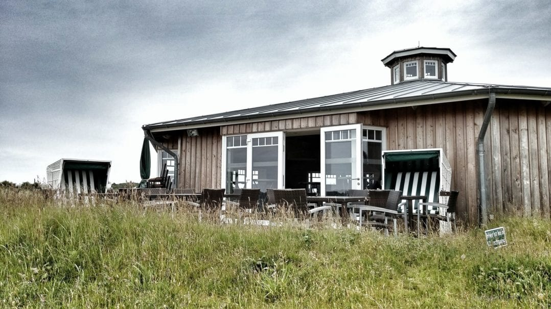 Clubhaus und Strandkörbe Marine Golfclub Sylt