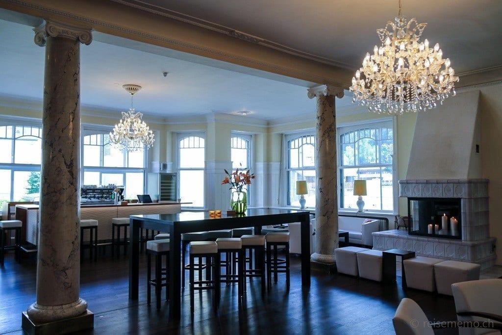 Lounge und Bar mit Kronleuchter