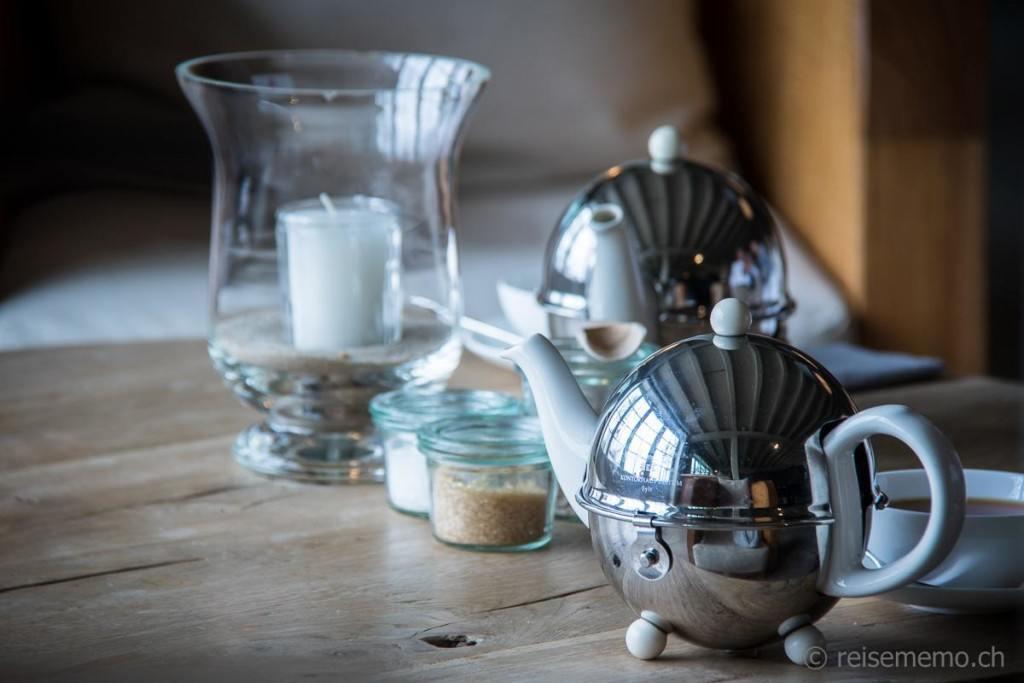 Teekrüge im Teeraum des Teekontors