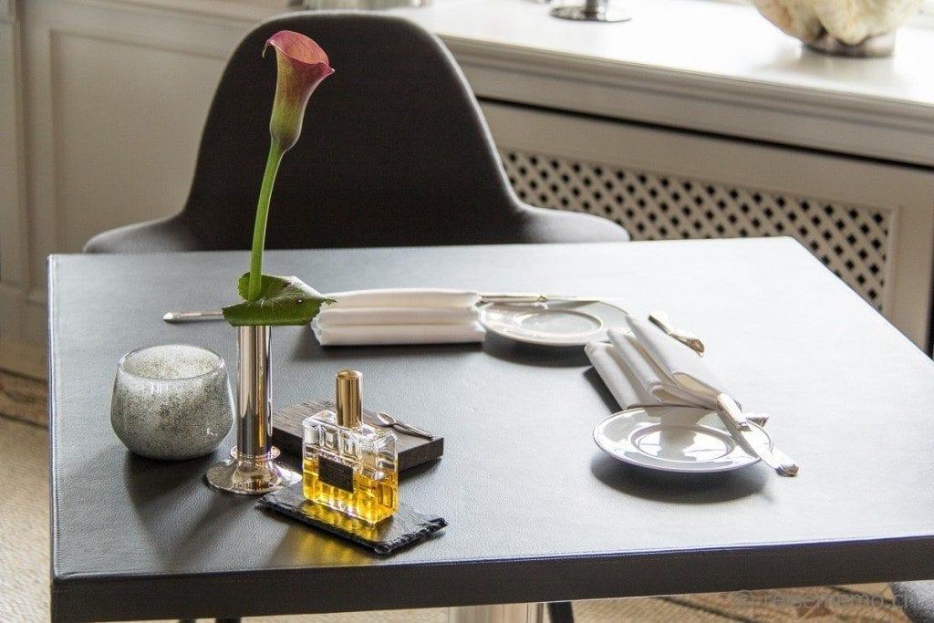 Tischgedeck mit Ölflakon