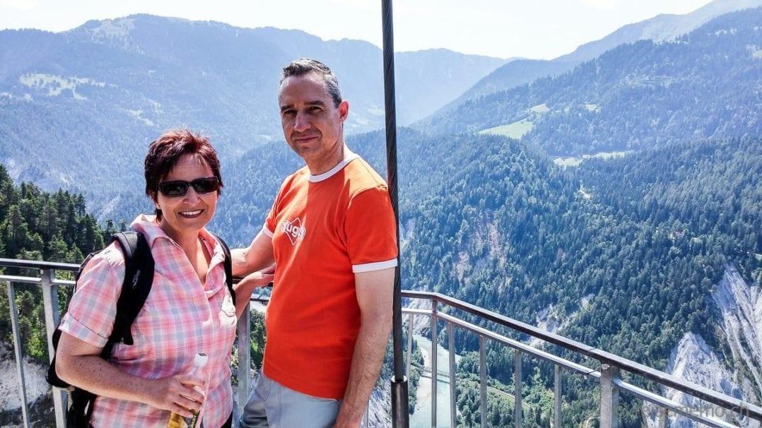 """Katja Birrer und Walter Schärer im """"Il Spir"""", dem Aussichtsturm in Conn"""