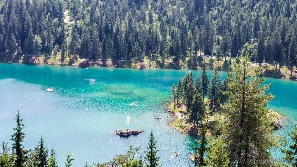 Der Caumasee mit seiner türkisblauer Farbe