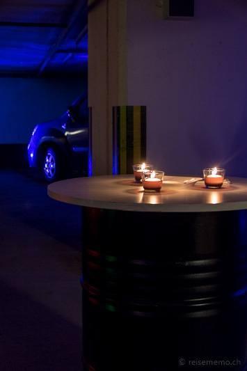 Blechtonnen und Kerzen dienen als Empfangstheke