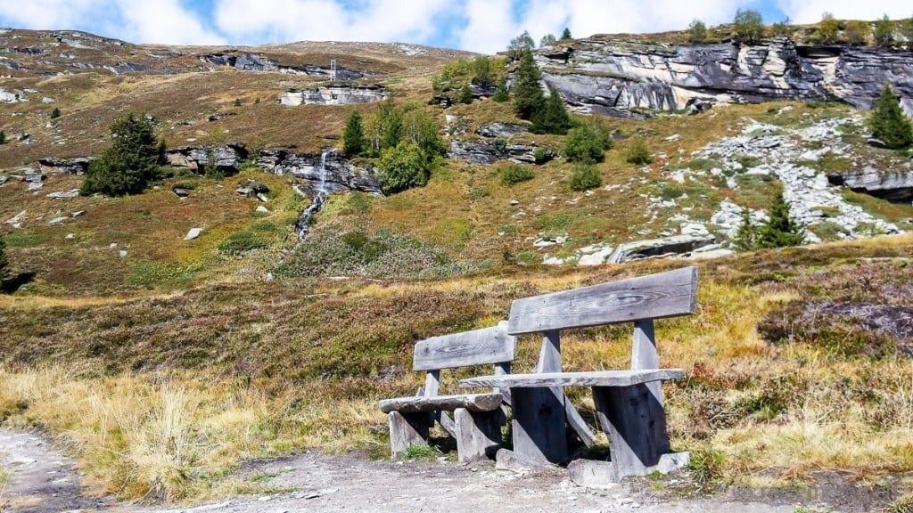 Sitzbänke auf dem Panoramaweg von Gadastatt bis Zervreila