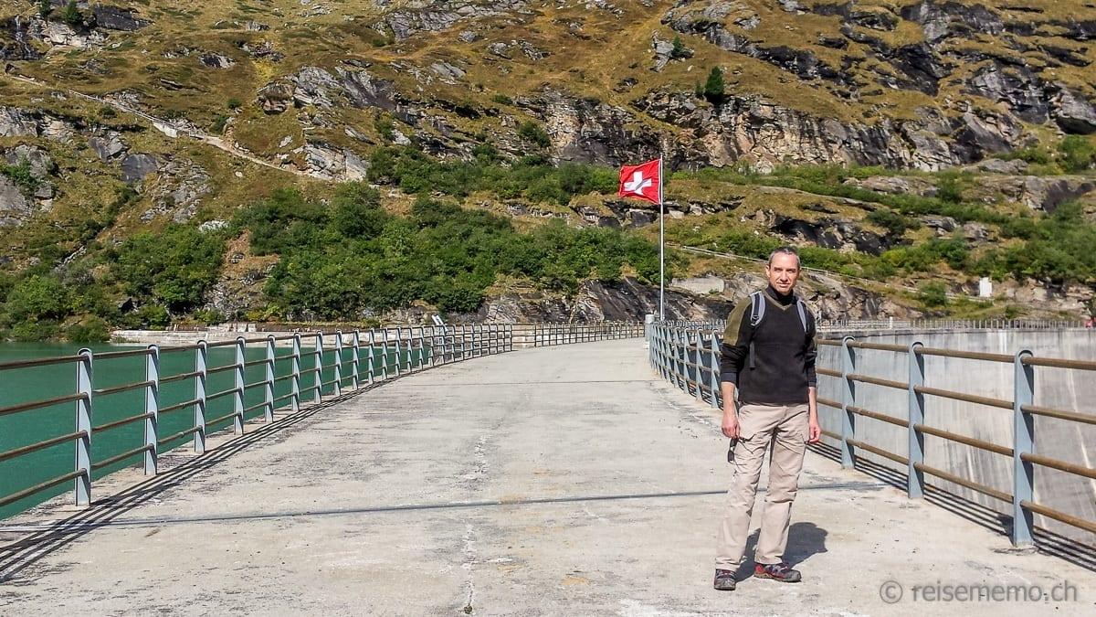Walter Schärer crosses Zervreila Dam