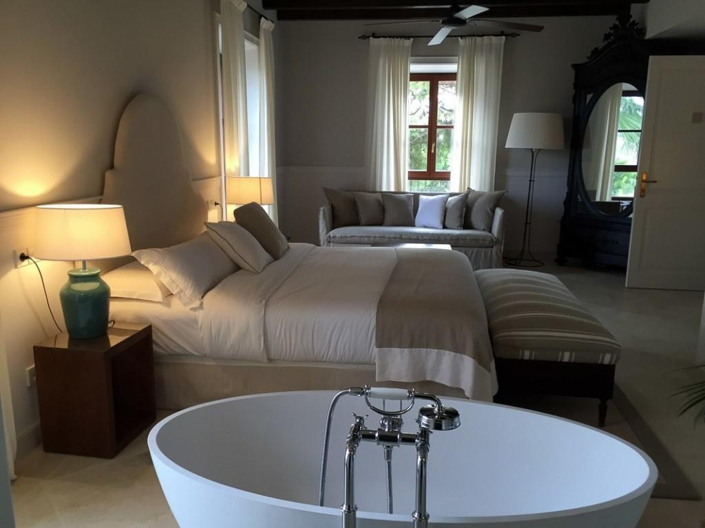 Luxuszimmer mit freistehender Badewanne