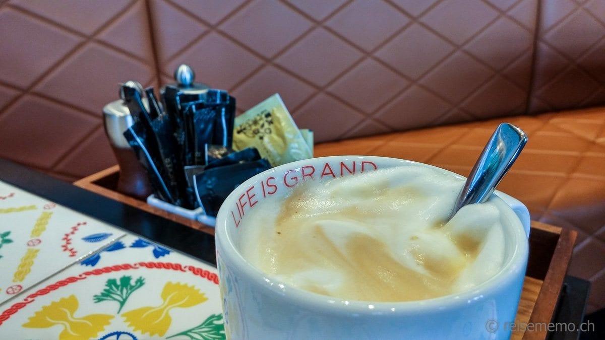 """Dichter Cappuccino-Schaum gemäss dem Motto """"Live is Grand"""""""