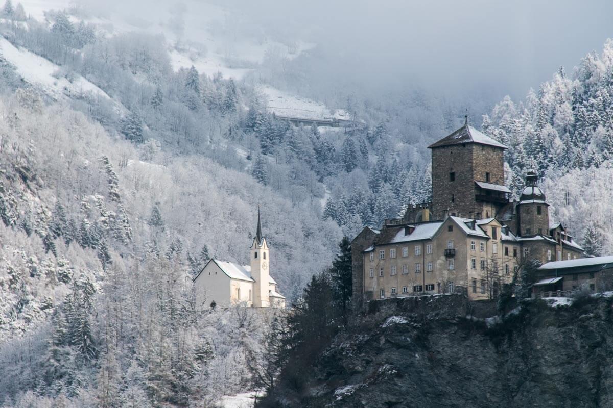 Schloss Ortenstein und Kirche Tumegl/Tomils im verschneiten Graubünden