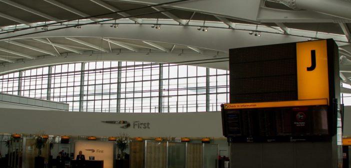 Dachkonstruktion und Check-in der First Class im T5 von London Heathrow