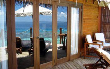 Aussicht von der Terrasse einer Wasservilla in Mirihi auf den Malediven