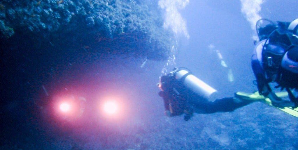 Taucher mit Unterwasserlampen auf den Malediven