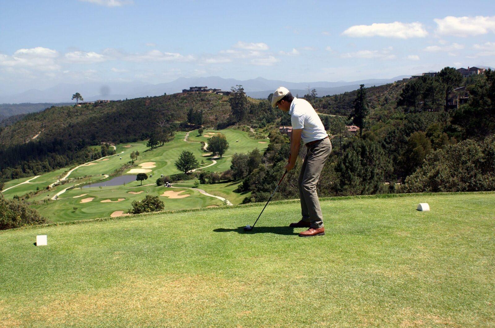 Walter Schärer schlägt ab im Simola Golfplatz in Südafrika