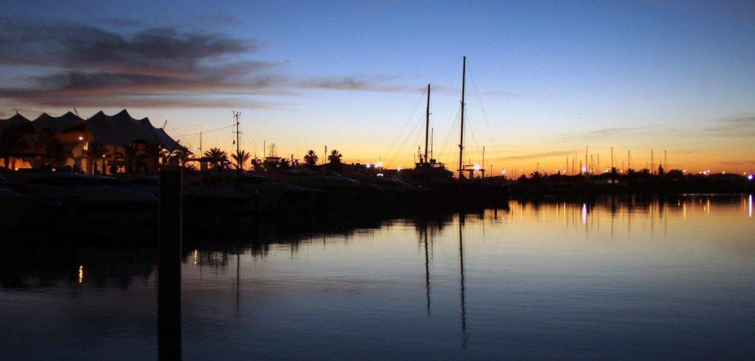 Yachthafen in der Algarve in der Abenddämmerung