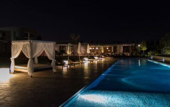 Himmelbett am Pool des Entre Cielos Boutique Hotels