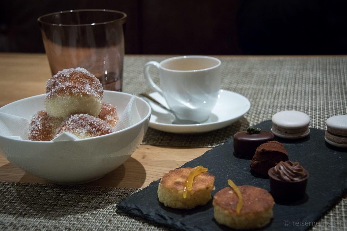 Zeppole, Orangentorten, Pralinen, Bacio di Dama zum Dessert